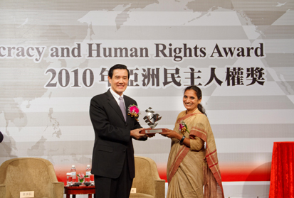 H. E. President Ma Ying-jeou presents the 2010 ADHRA sculpture to Ms. Triveni Acharya, President of India's Rescue Foundation