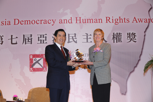 H. E. President Ma Ying-jeou presents the 2012 ADHRA sculpture to Ms. Maureen Crombie, Chairperson of ECPAT International