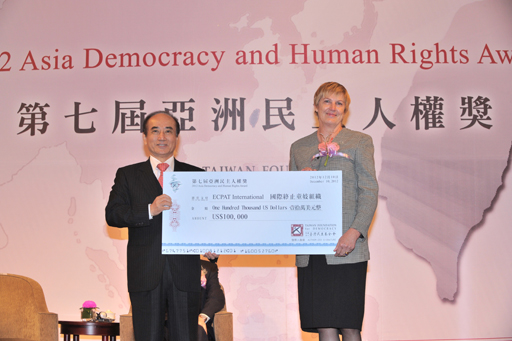 TFD Chairman Wang Jin-pyng presents the 2012 ADHRA grant to Ms. Crombie