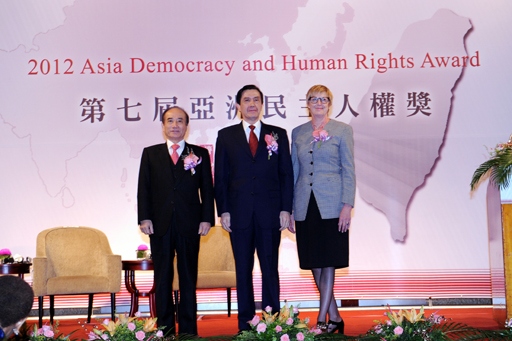 A group photo of President Ma, TFD Chairman Wang and Ms. Crombie