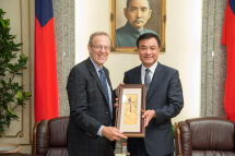 Hon. Su Jia-chyuan (right), Legislative Speaker and Chairman of the TFD presented a gift to Mr. Carl Gershman, President of NED. (photo courtesy of Public Relations Office, Legislative Yuan)