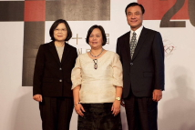 [2016 Asia Democracy and Human Rights Award Ceremony]Group photo of President Tsai Ing-wen (left), AFAD Secretary-General Mary Aileen Diez-Bacalso (center) and TFD Chairperson Su Jia-chyuan
