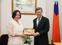 【Audience with Presidential Office Human Rights Consultative Committee Convener, Vice President Chen Chien-jen】Vice President Chen Chien-jen presented a souvenir to AFAD Secretary-General Mary Aileen Diez-Bacalso.(Photo courtesy of the Presidential Office)