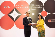 TFD Chairman Su Jia-chyuan presenting the 12th Asia Democracy and Human Rights Award to BERSIH 2.0.