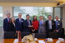 2018/12/17_Visit of 2018 Young Politician Delegation_Token exchanged between Dr. Lu (standing fourth from left) and the leader of delegation Ms. Kelsey Koberg (standing fourth from right)